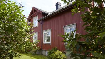 Varme og historiske farger. Rødt er en farge med lange tradisjoner i Norge. Faktisk ligger flere av Jotuns rødtoner stabilt inne blant landets mest foretrukne farger! Her ses fargen Jotun 2006 Husmannsrød.