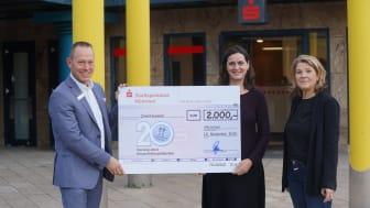 (V.l.n.r.) Stefan Stamm (Stadtsparkasse) übergibt den Spendenscheck an Carmen Paul und Petra Birnbaum (Vorstandsmitglieder der BürgerStiftung München).