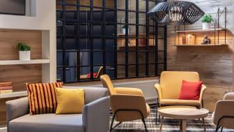 Pasilan kaupunginosan rakennusten ja läheisen Keskuspuiston värimaailma näkyy yksityiskohtina sekä vivahteina hotellin sisällä.