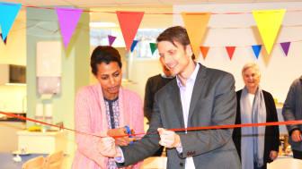 Byrådssekretær Tarjei Helland klippet snora for den nye barnehagen sammen med en av foreldrene, Hana Kahasay.