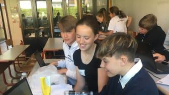 Skolebørn lærer kunstig intelligens at genkende papir fra plastik - det skal være tydeligt for fremtidens studerende, hvordan de kan studere it.