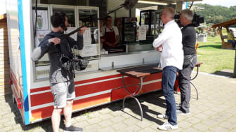 Dreharbeiten für die nordstory am Weser-Radweg an Ulrike's Kultimbiss in Reileifzen