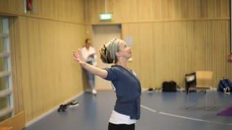 Josefin Wikström är utbildad inom traumanpassad yoga och fanns på plats i Trollhättan förra veckan. Foto: Danny Cranmer