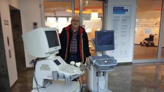 Karl-Heinz Heilmann vom Förderverein Dritte Welt e.V. bei der Abholung der Geräte