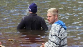 Färöer Nationalspieler Färöer-Nationalspieler Páll Klettskarð  bei der Waltötung (Foto: http://nordlysid.fo/myndafrasogn+menn+og+kvinnur+i+grindavasi.html)