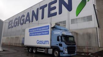 En av Gasums gassdrevne Volvo-lastebiler foran Elkjøps nordiske distribusjonssenter i Sverige