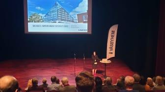 Amra Barlov Lindqvist VD på Väsbyhem inledde informationsmötet den 28 januari i Messingen.