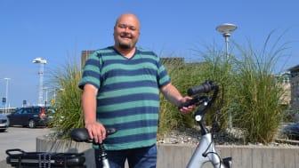 Patrik Lind Osburg vann en elcykel och ska börja cykla till och från jobbet i Viken. Foto: Eva Sunnerås