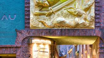 """Bremen_Böttcherstraße,_eine_Passage_durch_die_Altstadt,_Bronzerelief_""""goldener_Lichtbringer"""""""