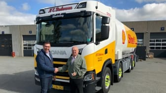 Vognmand Niels Erik Pedersen og Klaus Hauge Olesen foran den nye Scania G 500 8x2*6.