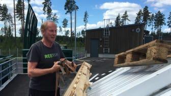 Toppen, säger Göran Holmqvist, första besökaren på återvinningen i Skutskär. Det är rent och snyggt och helt perfekt med rätt höjd vid avlastning.