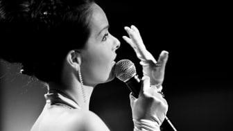 Det blir glitter och glamour när Malena Laszlo framför låtar ur Shirley Basseys repertoar. Foto: Jenny Smith.
