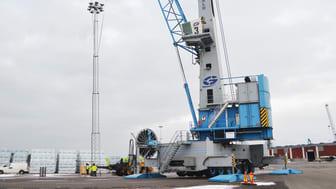 Pilotprojektet: Den första Svenska Midstream-installationen! En 27m-mast med 12st Titan 560 reses i Oskarshamns hamn