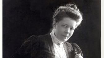Bilden på Selma Lagerlöf är tagen 1906 och är från Mårbackastiftelsens arkiv. Idag på hennes födelsedag, 20 november, vill Sunne kommun hedar hennes minne och den viktiga kampen hon förde för kvinnors rösträtt.