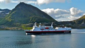 Hurtigruteskipet MS Vesterålen kjem til Green Yard Kleven for eit ombyggingsoppdrag. Foto: Maggie Strutt, Hurtigruten