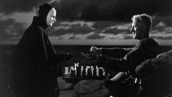 Hovs hallar på Bjärehalvön var spelplats för scenen där döden spelar schack med riddaren i Ingmar Bergmans film Det sjunde inseglet. Döden spelades av Bengt Ekrot och riddaren av Max von Sydow. ©1957 AB Svensk Filmindustri  Stillbildsfoto: Louis Huch