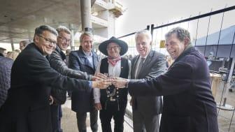 Anstoßen auf die neue Unternehmenszentrale: Richtfest beim Amprion-Neubau im Dortmunder Technologiepark Phoenix-West. Copyright: Amprion GmbH / Frank Peterschröder