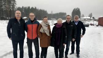 Om to år skal Anno Dokumentasjonssenter med fellesmagasin stå klart til innflytting på tomta bak Sven Inge Sunde (f.v.), Espen H. Skjærbakken, Toril S. Hofseth, Vigdis Vingelsgaard, Knut Andersen fra Plan1 og Jan Hoff Jørgensen.