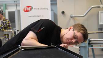 """Marcus Estenberg i arbete under finalen, """"SM för unga plåtslagare 2013""""."""