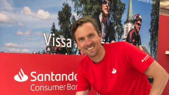 Johan Olsson skänker sin begagnade utrustning till Fritidsbanken    FOTO: Annica Saltskog