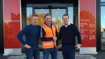 Bjørn Jensen jobber som kasserer i Husøy og Foynland Idrettsforening og fikk utdelt 24.000 kroner fra Toyota Bilia Tønsberg og Lexus Vestfold.  Fra Venstre: Bjørn Jensen, Win Kook og Robert Smeby.