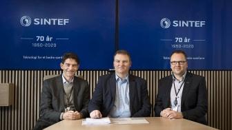 Til venstre på bilde, Reidar Bye, visekonserndirektør, SINTEF,  Odd Inge Bjørdal, direktør for digitale plattformtjenester, Sopra Steria, til høyre Snorre Ness, IT-sjef SINTEF.