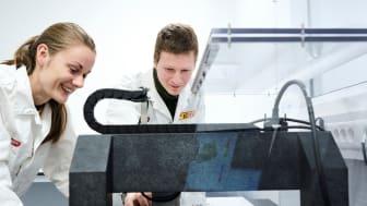 Kristin Søiland og Jamie Foster på laboratoriet hos Jotun. Foto: Morten Rakke