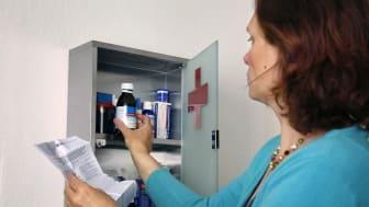 Frau am Arzneischrank 2