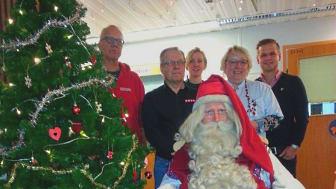 Joulupukki kävi maanantaina vierailemassa Hyvinkään sairaalassa. Niin pienet kuin isommatkin potilaat sekä hoitohenkilökunta ilahtuivat kovasti vierailusta! Lahjapussista löytyi lastentautienosastolle yhteiskäyttöön pelejä ja elokuvia.