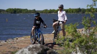 Att cykla är en populär aktivitet bland Karlskronas besökare.