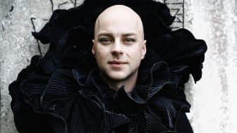 Skådespelaren och dragartisten Robert Fux är från och med våren 2020 ny Artist in Residence på Vara Konserthus.