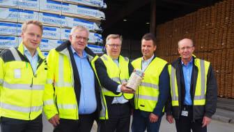 Fra venstre: Lars Storslett (direktør, Moelven Virke og Moelven Pellets), Morten Kristiansen (konsernsjef, Moelven Industrier), Atle Hamar (statsekretær KLD), Roar Hugnes (seniorrådgiver, Enova), Atle Nilsen (direktør Moelven Soknabruket)