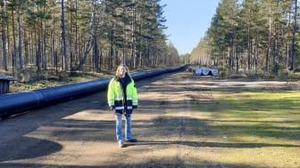 Nyköpings-Oxelösund installerar en mil lång råvattenledning från sjön Yngaren. Karolina Wetterblad, förbundsdirektör står vid den nya ledningen. Bild: Nyköping-Oxelösunds Vattenverksförbund