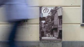 Det här elskåpet på Kolmätaregränden har en bild tagen omkring 1910 som föreställer gränden.