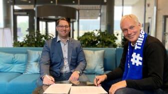 Theodor Alexandris vid affärsområde Bostad, Riksbyggen och Anders Östlund, vd för Öresundskraft, skriver på avtalet om solceller för Brf Laröds Blomma.