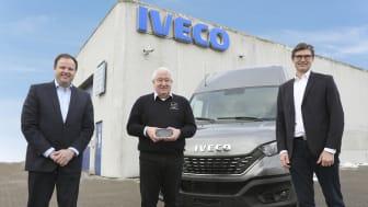 Gert Hansen, Indehaver af REA Erhvervsbiler, i midten med den flotte award. På hans venstre side Lars Kragh, Country Sales Manager Light i IVECO Danmark, og på hans højre side Kåre Neergaard, Business Line Manager Medium/Heavy i IVECO.