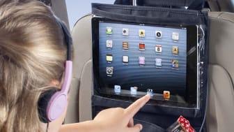 iPadhållaren fästs på baksidan av framsätet och fungerar även som sparkskydd
