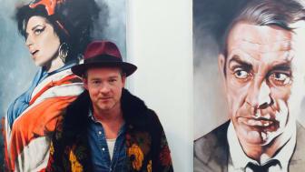 Peter Eugén med några av hans konstverk