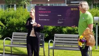 Erika Norlander Ekberg, verksamhetschef på Förenade Care Liljefors Torg 4 visar stolt upp priset tillsammans med hennes kollega.
