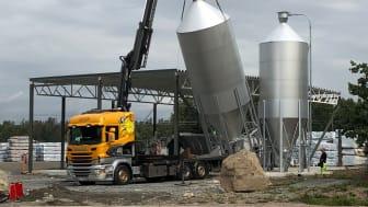 Nya silos till biovärmecentralen monteras på plats.