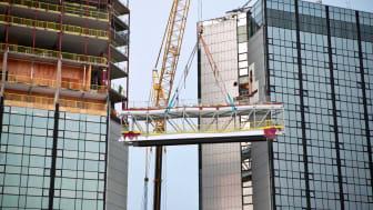 Nu är stommen på plats till den 25 ton tunga glasbron som förbinder Gothia Towers två torn