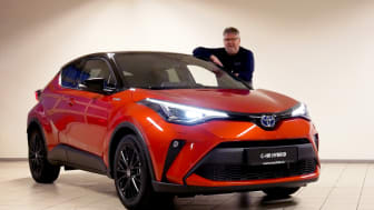 Klar for lansering: Torgeir Strømmen med nye Toyota C-HR som lanseres i Namsos denne uken. Foto: Nordvik AS.