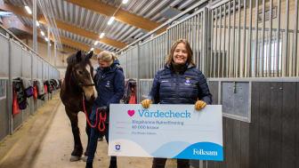 Klagshamns RF är Årets Ridskola. En utmärkelse som delas ut i samarbete med ridsportens huvudsponsor Folksam. Ylva Wessén, vd och koncernchef på Folksam, tillsammans med prischecken och förbundets generalsekreterare Annika Tjernström.
