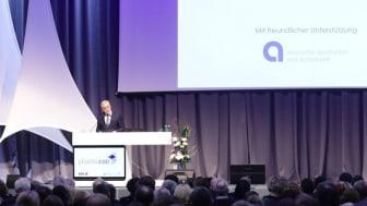 Ulrich Sommer begrüßt rund 500 Gäste auf dem Bankenabend des pharmacon Kongress