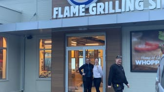 Tomas Harbu og to spente medarbeidere utenfor nye Burger King på Gol. Foto: Burger King