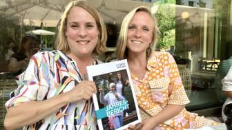 v.l. Veronika Hofstätter (Kommunikation) und Elisa Dudda (Projektmanagement) freuen sich über den neuen Jahresbericht.