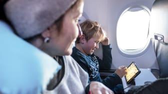 En tablet med lærerige spil eller god underholdning kan være guld værd når man rejser med små børn.