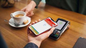 Zum Bezahlen einfach das iPhone oder die Apple Watch nah an das kontaktlos-fähige Kartenterminal halten und über Face ID (Gesichtserkennung) oder Touch ID (Fingerabdruck) authentifizieren.