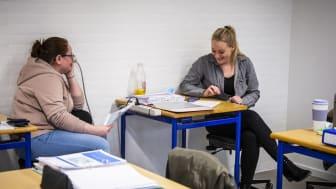 Henriette (t.v) og Laura har taget uddannelsen som rengøringsteknikker. // Foto: Ulrik Burhøj Jepsen