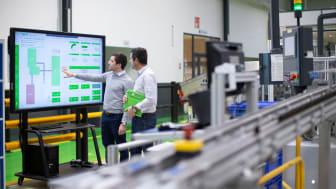 Älykkäässä tehtaassa energianhallintastrategian toteuttamisessa hyödynnetään IloT-yhteyksiä, Edge-analytiikkaa ja ennakoivia analyysimenetelmiä.